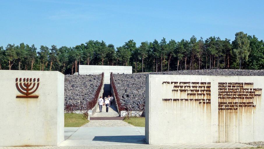 Wo die Nazis nur planierte Erde zurückließen, wurde 2004 eine Gedenkstätte an das Vernichtungslager Belzec eröffnet